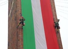 Les sapeurs-pompiers courageux d'Italien montent la vieille tour avec un f italien image stock