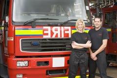 les sapeurs-pompiers d'engine sont restés photos stock