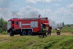 Les sapeurs-pompiers dans les bois sur le feu Photo libre de droits