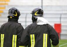 les sapeurs-pompiers deux casqués dans le stade Photos stock