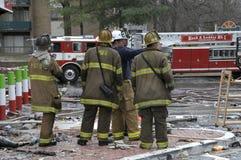 Les sapeurs-pompiers discutent la stratégie à un feu photographie stock libre de droits