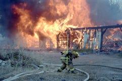 Les sapeurs-pompiers disposent à verser l'eau sur un bâtiment sur le feu photo libre de droits
