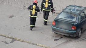 Les sapeurs-pompiers en uniforme s'exercent avant de commencer à exercer et passer des normes, pompier banque de vidéos