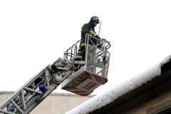 Les sapeurs-pompiers enlèvent la neige des avant-toits image libre de droits