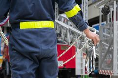 Les sapeurs-pompiers installent le dispositif de protection photographie stock