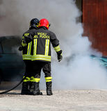 Les sapeurs-pompiers italiens avec la lettre sur le feu uniforme de signification photographie stock libre de droits