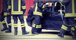 Les sapeurs-pompiers libèrent un automobiliste emprisonné photo libre de droits