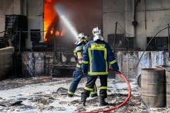 Les sapeurs-pompiers luttent pour s'éteindre le feu qui a éclaté à a photos libres de droits