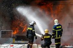 Les sapeurs-pompiers luttent pour s'éteindre le feu qui a éclaté à a image libre de droits