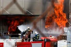 Les sapeurs-pompiers luttent pour s'éteindre le feu qui a éclaté à a photographie stock
