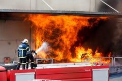 Les sapeurs-pompiers luttent pour s'éteindre le feu qui a éclaté à a photographie stock libre de droits