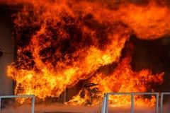 Les sapeurs-pompiers luttent pour s'éteindre le feu qui a éclaté à a photo libre de droits
