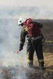 Les sapeurs-pompiers luttent un feu de forêt photos libres de droits