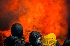 Les sapeurs-pompiers luttent un feu La formation du sapeur-pompier image stock