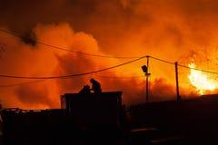 Les sapeurs-pompiers luttent une flamme photos libres de droits