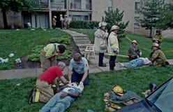 Les sapeurs-pompiers, les médecins et les sauveteurs travaillent à plusieurs personnes blessées photos stock