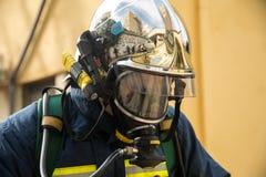 Les sapeurs-pompiers pendant un tremblement de terre s'exercent à l'hôpital d'AXEPA images stock