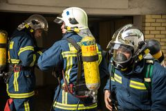 Les sapeurs-pompiers pendant un tremblement de terre s'exercent à l'hôpital d'AXEPA image stock
