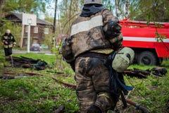 Les sapeurs-pompiers s'éteignent le feu image stock