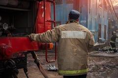 Les sapeurs-pompiers s'éteignent le feu photographie stock libre de droits