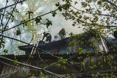 Les sapeurs-pompiers s'éteignent le feu photo libre de droits