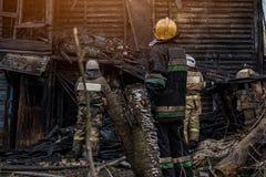 Les sapeurs-pompiers s'éteignent le feu photos stock