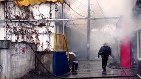 Les sapeurs-pompiers s'éteignent un bâtiment brûlant banque de vidéos