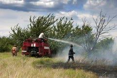 Les sapeurs-pompiers s'éteignent un incendie image stock
