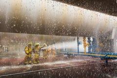 Les sapeurs-pompiers s'exerçant, premier plan est baisse de sauteur de l'eau images libres de droits