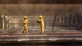 Les sapeurs-pompiers s'exerçant, premier plan est baisse de sauteur de l'eau photo stock