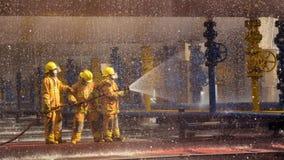 Les sapeurs-pompiers s'exerçant, premier plan est baisse de sauteur de l'eau photo libre de droits