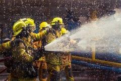 Les sapeurs-pompiers s'exerçant, premier plan est baisse de sauteur de l'eau, Sel photographie stock
