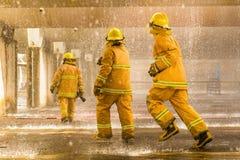 Les sapeurs-pompiers s'exerçant, premier plan est baisse de sauteur de l'eau, Sel photos stock