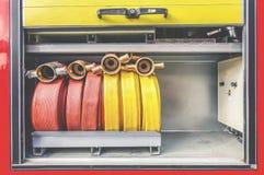 Les sapeurs-pompiers usine l'extincteur et le tuyau, les accessoires et l'équipement pour la lutte contre l'incendie image libre de droits
