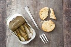 Les sardines peuvent préserver sur la table en bois Photos stock