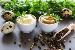 Les sauces faites maison fraîches jaunissent la moutarde et la mayonnaise blanche Photographie stock