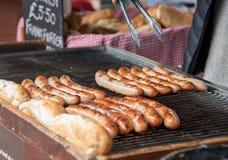 Les saucisses délicieuses de Francfort ont fait cuire sur un gril de barbecue Images libres de droits