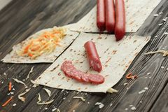 Les saucisses de salami et de chou pour faire des burritos, d'isolement dessus courtisent photo libre de droits