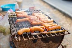 Les saucisses est grillent sur la grille chaude, Thaïlande images libres de droits