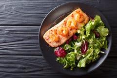 Les saumons cuits au four avec les crevettes roses et le miel sauce avec une garniture de sel Photos libres de droits