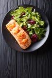 Les saumons cuits au four avec les crevettes roses et le miel sauce avec une garniture de sel Images libres de droits