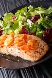 Les saumons cuits au four avec les crevettes roses et le miel sauce avec une garniture de sel Photos stock