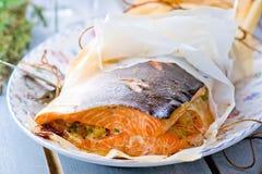 Les saumons cuits au four en parchemin Images stock