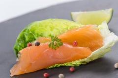 Les saumons du plat avec l'american national standard de salade verdissent le lemond photo libre de droits