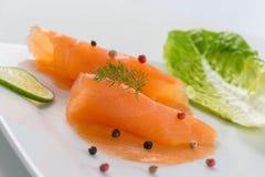 Les saumons du plat avec l'american national standard de salade verdissent le lemond photographie stock