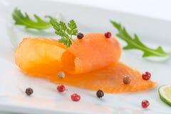 Les saumons du plat avec l'american national standard de salade verdissent le lemond photos stock