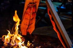 Les saumons frais ont grillé à un endroit ouvert du feu photo stock