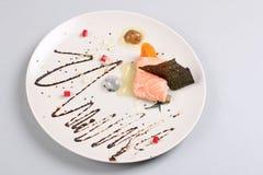 Les saumons fumés et la sauce ont fait cuire par technique moléculaire de gastronomie photographie stock libre de droits