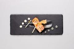 Les saumons fumés et la sauce ont fait cuire par technique moléculaire de gastronomie photos libres de droits