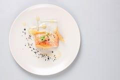 Les saumons fumés et la sauce ont fait cuire par technique moléculaire de gastronomie photographie stock